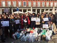El grupo de la AEPT a su paso por la Plaza Mayor de Madrid
