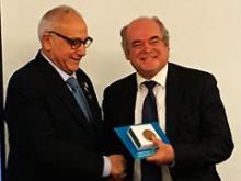entrega de la medalla a Francisco Rivero
