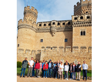 Grupo al pie del castillo de Manzanares el Real