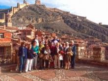 El grupo ante las murallas de Albarracín